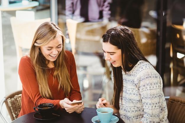 Przyjaciele Patrząc Na Smartfona Premium Zdjęcia