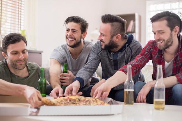 Przyjaciele Piją Piwo I Jedzą Pizzę Darmowe Zdjęcia