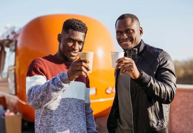 Przyjaciele Piją Przed Food Truckiem Darmowe Zdjęcia