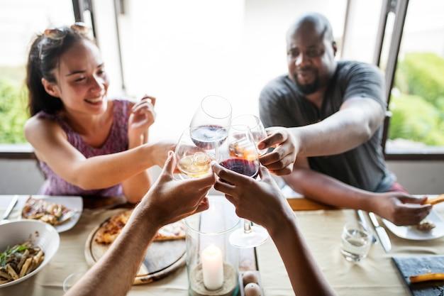 Przyjaciele pije wino w restauracji Premium Zdjęcia