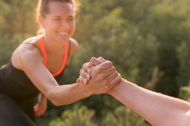 Przyjaciele Pomagają Sobie Nawzajem We Wspinaczce Premium Zdjęcia