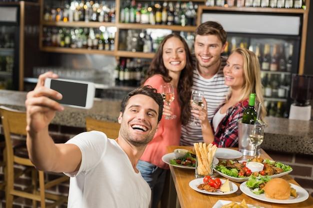 Przyjaciele przy selfie Premium Zdjęcia