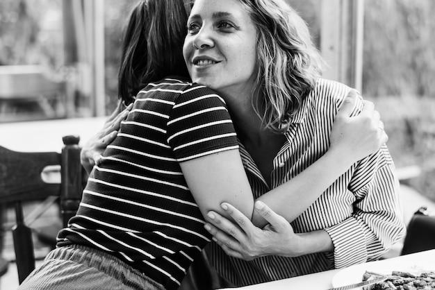 Przyjaciele przytulanie w restauracji Darmowe Zdjęcia