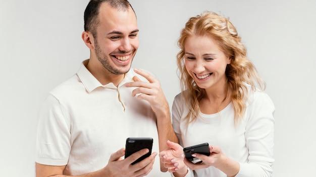 Przyjaciele śmieją Się I Używają Telefonów Komórkowych Darmowe Zdjęcia