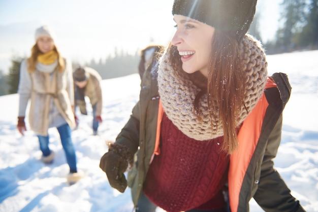 Przyjaciele świętujący święta Na śniegu Darmowe Zdjęcia