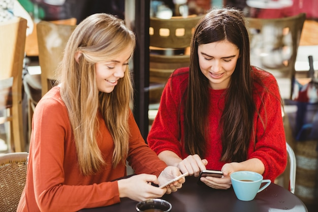 Przyjaciele używają swojego smartfona Premium Zdjęcia