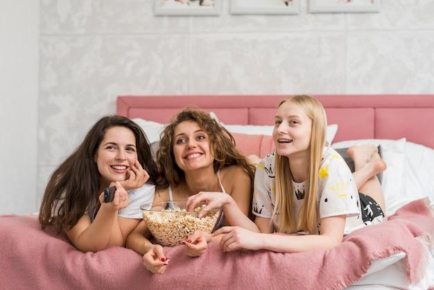 Przyjaciele w party pijama jedzą kukurydzę pop Darmowe Zdjęcia