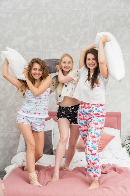 Przyjaciele W Pijama Party Walczą Z Poduszkami Darmowe Zdjęcia