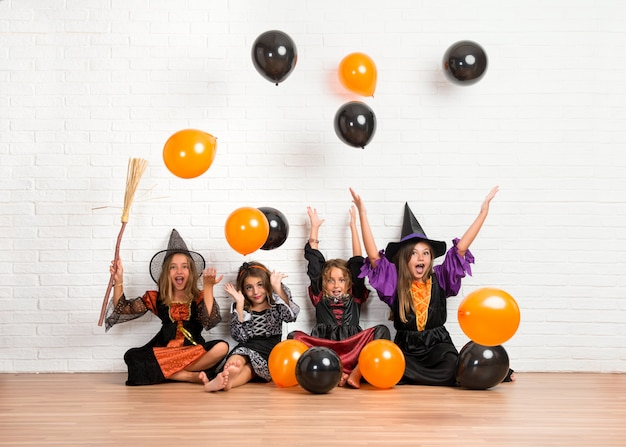 Przyjaciele Z Kostiumami Wampirów I Czarownic Na święta Halloween Gry Z Balonami Premium Zdjęcia