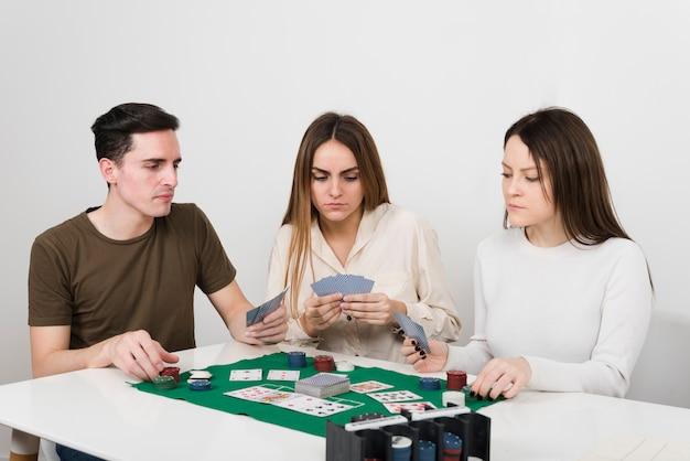 Przyjaciele Z Przodu Grający W Pokera Darmowe Zdjęcia