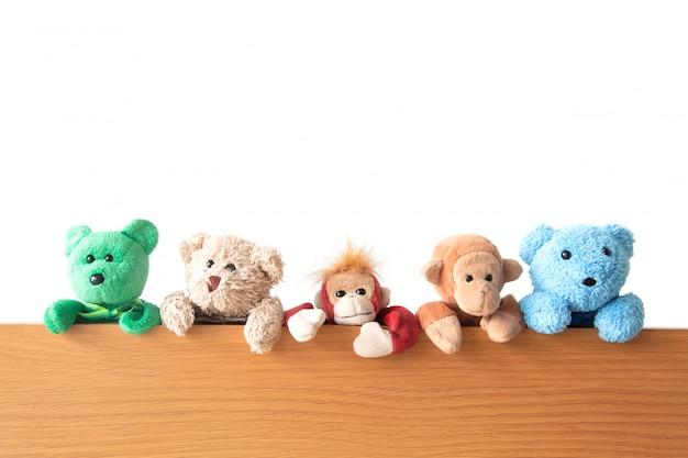 Przyjaźń - Gang Pluszowych Misiów I Małp Wiszą Na Drewnie Premium Zdjęcia