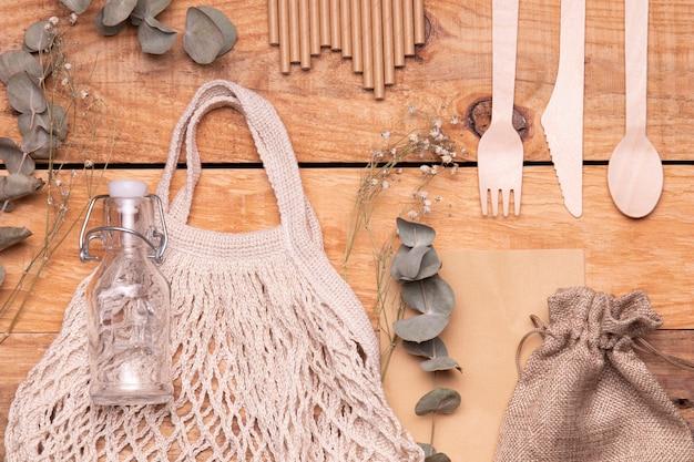Przyjazne dla środowiska przedmioty na drewnianym tle Darmowe Zdjęcia