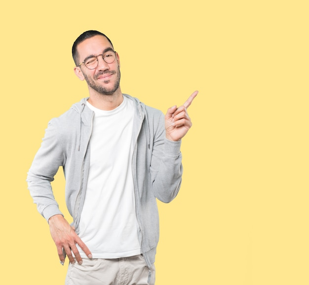 Przyjazny Młody Człowiek Mrugając Okiem Premium Zdjęcia