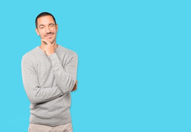 Przyjazny Młody Człowiek Mrugający Okiem Premium Zdjęcia