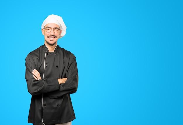Przyjazny Młody Szef Kuchni Mruga Okiem Premium Zdjęcia