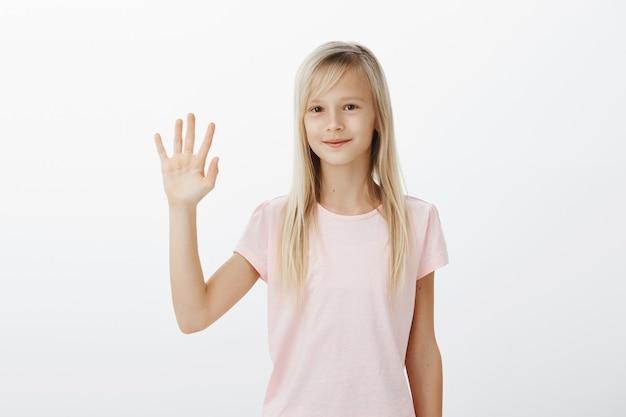 Przyjazny Uśmiechnięty Dzieciak Wita Się, Mała Kobieta Machająca Ręką Przywitaj Się Darmowe Zdjęcia