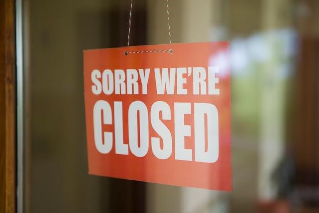 Przykro Nam, Ale Jesteśmy Zamknięci, Tablica Wisząca Na Drzwiach Kawiarni Lub Małego Sklepu Premium Zdjęcia
