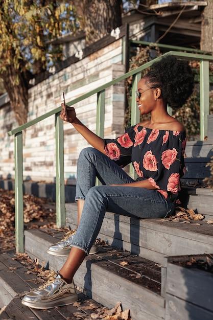 Przypadkowa Afrykańska Kobieta Bierze Selfie Darmowe Zdjęcia