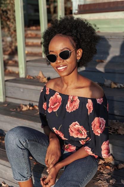 Przypadkowa Afrykańska Kobieta Jest Ubranym Okulary Przeciwsłonecznych Darmowe Zdjęcia