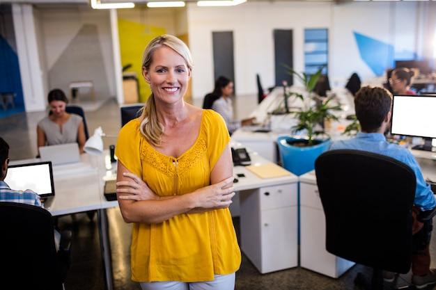 Przypadkowy Bizneswoman Z Rękami Krzyżować Premium Zdjęcia
