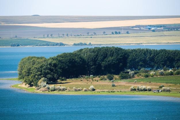 Przyroda Mołdawii, łąka Z Wiejską Drogą, Bujnymi Drzewami I Odpoczywającymi Ludźmi, Jezioro, Pola I Widoczne W Oddali Rzadkie Budowle Darmowe Zdjęcia
