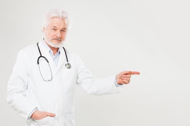 Przystojna starszej osoby lekarka w mundurze Darmowe Zdjęcia
