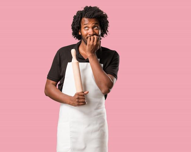 Przystojni Afro-amerykańscy Piekarze, Gryzący Paznokcie, Nerwowi I Bardzo Niespokojni I Przerażeni Na Przyszłość, Czują Panikę I Stres Premium Zdjęcia