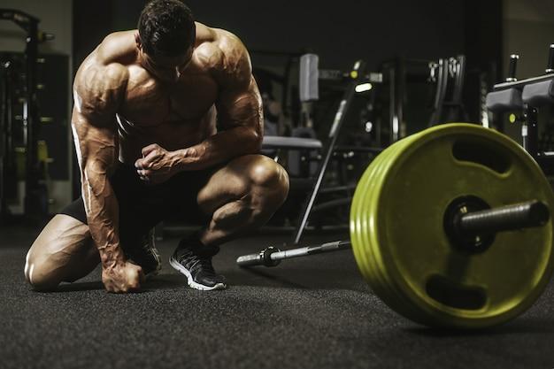 Przystojni Silni Sportowi Mężczyzna Pompuje Up Mięśnia Treningu Bodybuilding Pojęcie Premium Zdjęcia