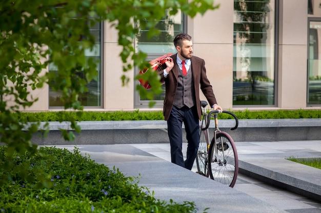 Przystojny Biznesmen I Jego Rower Darmowe Zdjęcia
