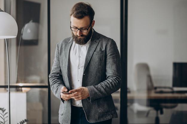 Przystojny Biznesmen Przy Użyciu Telefonu W Biurze Darmowe Zdjęcia