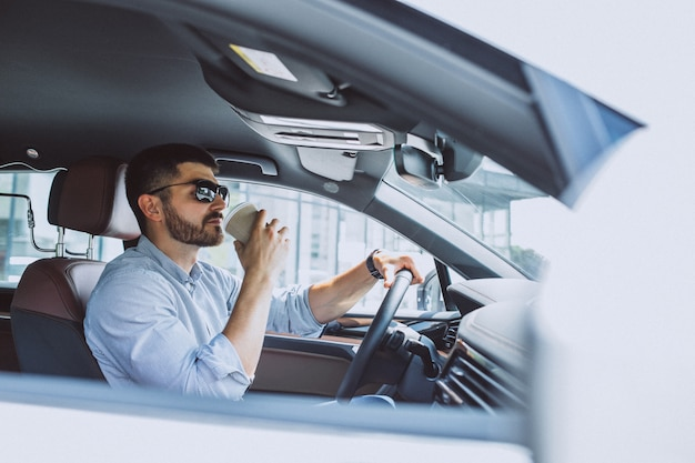Przystojny biznesowy mężczyzna podróżuje w samochodzie Darmowe Zdjęcia