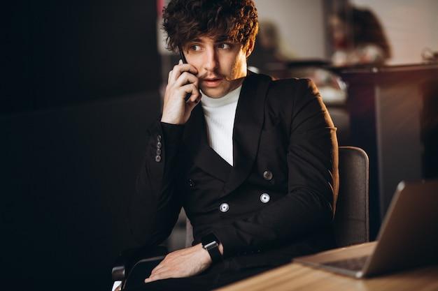 Przystojny Biznesowy Mężczyzna Pracuje Na Komputerze W Biurze Darmowe Zdjęcia