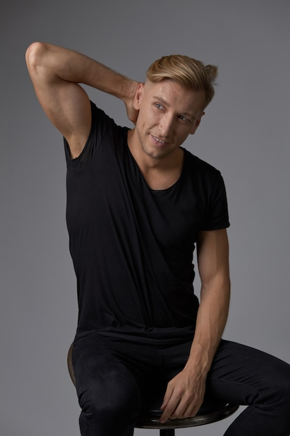 Przystojny Blond Młody Człowiek Pozuje Przy Studiiem Darmowe Zdjęcia