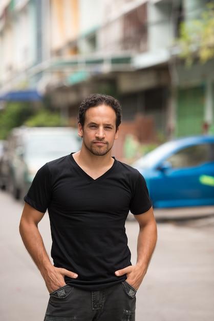 Przystojny Brodaty Mężczyzna Hiszpanie Na Ulicach Na Zewnątrz Premium Zdjęcia