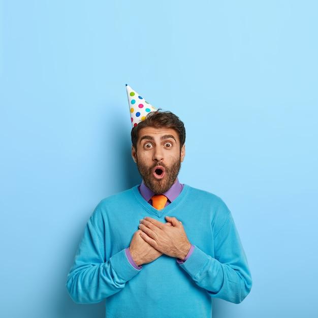 Przystojny Facet W Kapeluszu Urodziny Pozowanie W Niebieskim Swetrze Darmowe Zdjęcia