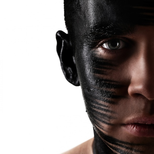 Przystojny Facet Z Artystycznym Czarnym Cieniem Na Twarzy Darmowe Zdjęcia