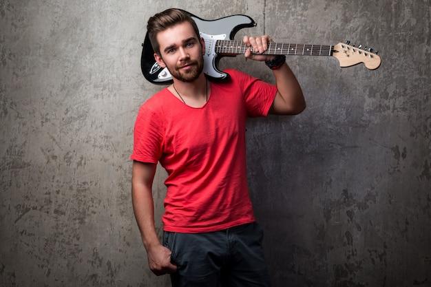 Przystojny facet z gitarą elektryczną Premium Zdjęcia