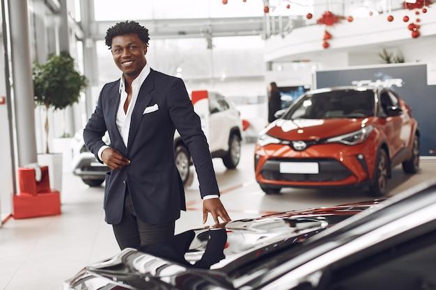 Przystojny I Elegancki Mężczyzna W Salonie Samochodowym Darmowe Zdjęcia
