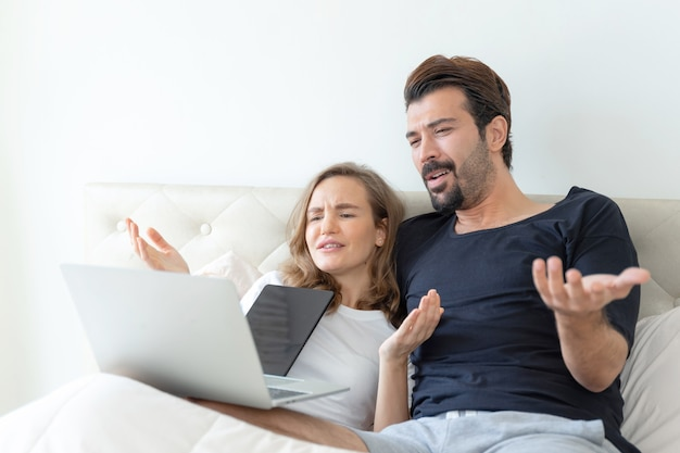 Przystojny Mąż I Piękna żona Czują Romantyczną Parę Oglądanie Filmów Z Laptopa W Sypialni Darmowe Zdjęcia