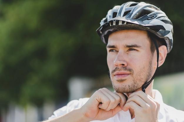 Przystojny Męski Cyklista Jest Ubranym Hełm Patrzeje Daleko Od Darmowe Zdjęcia