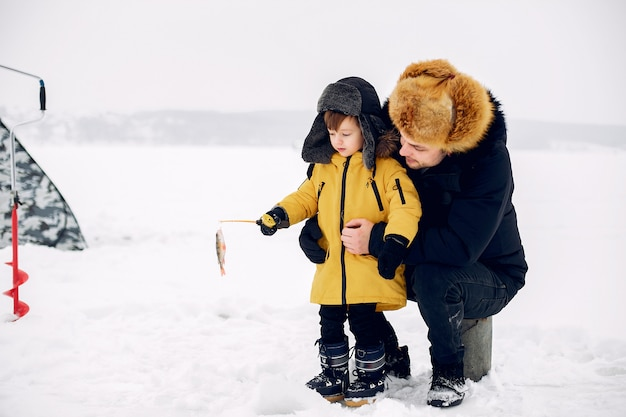 Przystojny Mężczyzna Na Zimowe Wędkowanie Z Synkiem Darmowe Zdjęcia
