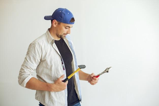 Przystojny mężczyzna naprawia pokój Darmowe Zdjęcia