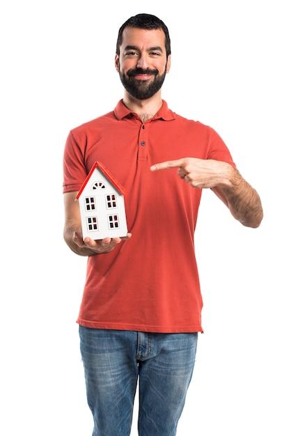 Przystojny mężczyzna trzyma mały dom Darmowe Zdjęcia