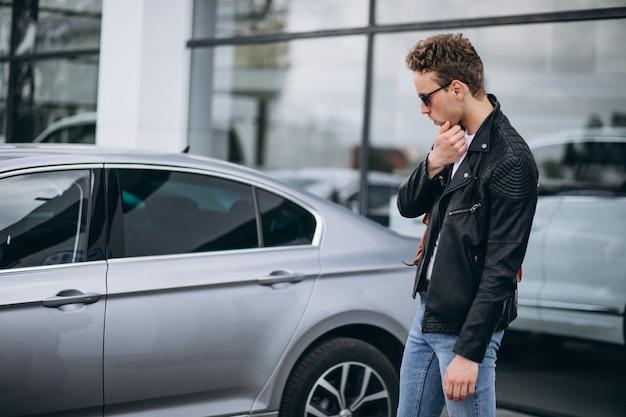 Przystojny mężczyzna turysta kupuje samochód Darmowe Zdjęcia