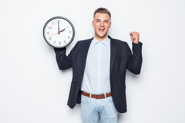 Przystojny Mężczyzna W Apartamencie Posiada Duży Zegar W Jednej Ręce Na Białym Tle Darmowe Zdjęcia