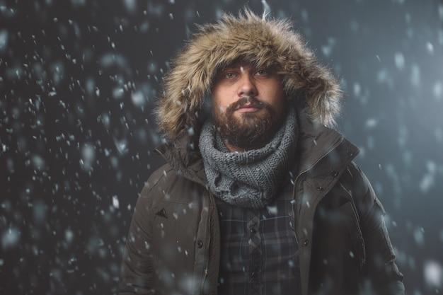 Przystojny mężczyzna w burzy śnieżnej Darmowe Zdjęcia