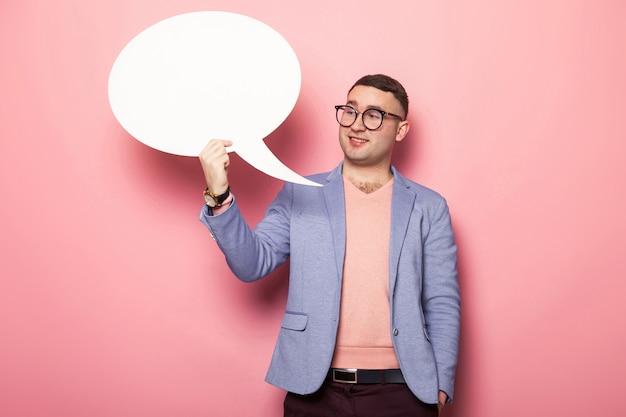 Przystojny mężczyzna w jaskrawej kurtce z mowa bąblem Premium Zdjęcia