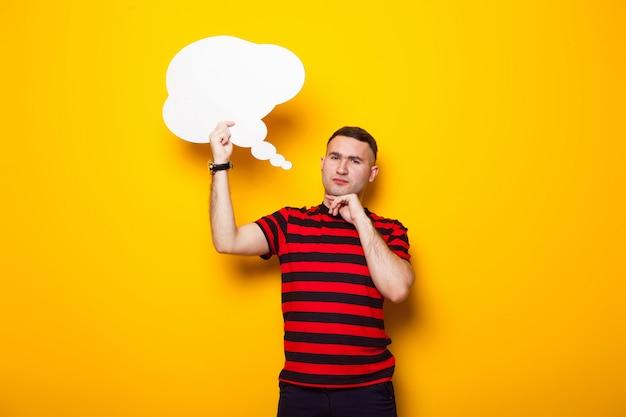Przystojny mężczyzna w jasnej koszulce z dymek Premium Zdjęcia