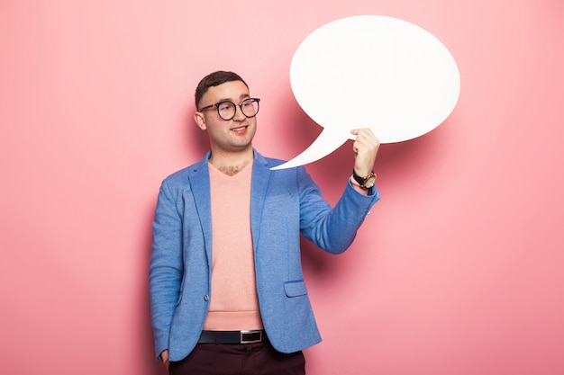 Przystojny mężczyzna w jasnej kurtce z dymek Premium Zdjęcia