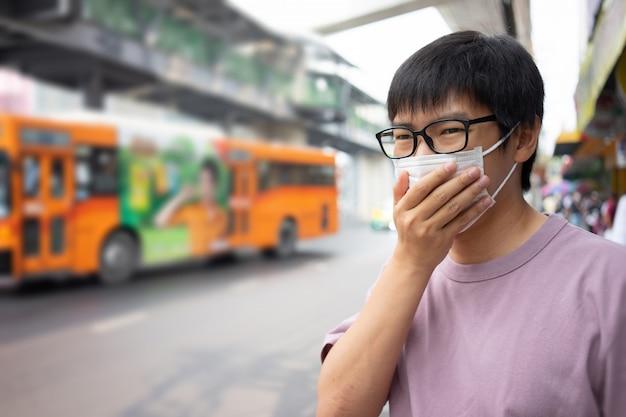 Przystojny Mężczyzna W Masce Chroni Filtr Przed Zanieczyszczeniem Powietrza (pm2,5) Premium Zdjęcia